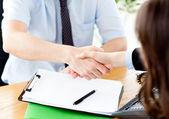 実業家と女性の間の契約の締結のクローズ アップ — ストック写真