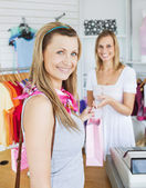 Radost žena s igelitkou prodavačka — Stock fotografie