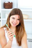 Glad kvinna med en tandborste som ler mot kameran — 图库照片