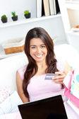 Donna asiatica animata tenendo una scheda sorridendo alla telecamera — Foto Stock