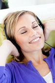 Mujer relajada escuchar música con los ojos cerrados — Foto de Stock