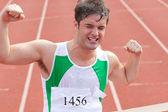 Sprinter extatique montrant l'expression de la victoire en face de la — Photo