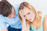 Bel homme s'excuser après une dispute avec sa petite amie — Photo