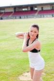 Atrakcyjna kobieta lekkoatletycznego podczas szkolenia pchnięcie kulą w oraz w odle — Zdjęcie stockowe
