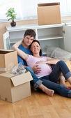 Linda futura madre sosteniendo a su esposo durante una pausa — Foto de Stock