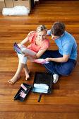 色を選ぶ床に座っている魅力的なカップル — ストック写真