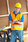 Confiante masculino trabalhador segurando uma prancheta — Fotografia Stock
