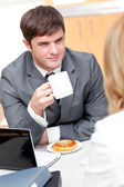 Young businesspeople doing a break and eating — Stock Photo