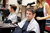 Retrato de un cliente con una peluquería femenina — Foto de Stock