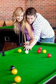 Namorado carinhoso sua namorada a aprender como jogar bilhar — Foto Stock