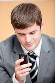 Uomo d'affari sicuro di sé, scrivendo un messaggio di testo con il suo cellulare — Foto Stock