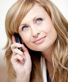 вдумчивый бизнесвумен, говоря на телефоне в ее офисе — Стоковое фото