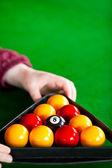 Närbild av en snookerspelare att placera bollarna med triangel — Stockfoto