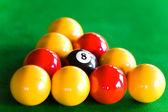 Close-up de dispsed de bolas de bilhar no triângulo — Foto Stock