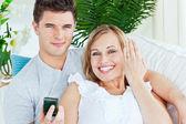 Zalige vrouw toont haar trouwring aan de camera liggen met — Stockfoto