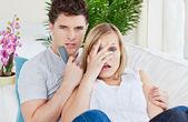 Par miedo viendo una película de horror recostado en el sofá en casa — Foto de Stock