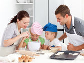 Bedårande familj bakning tillsammans i köket — Stockfoto