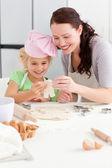 陽気な母と娘、人間の形のクッキーを作る — ストック写真