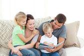 愛らしい父と息子は彼らの家族に本を読んで — ストック写真