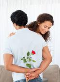 Mulher bonita, encontrando uma rosa escondida por seu namorado — Foto Stock