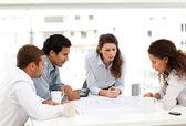 Quatro arquitetos carismáticos olhando planos juntos — Foto Stock