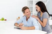 Casal feliz fazendo palavras cruzadas crípticas juntos — Foto Stock