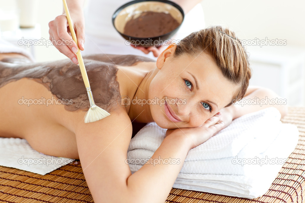 Pretty young woman enjoying a beauty treatment with mud in a health spa — Stock Photo #10831387
