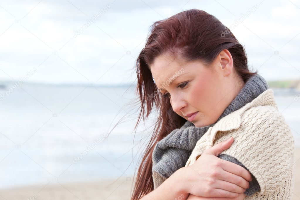 Unhappy woman wearing sweater on the beach and getting cold — Stok fotoğraf #10835254