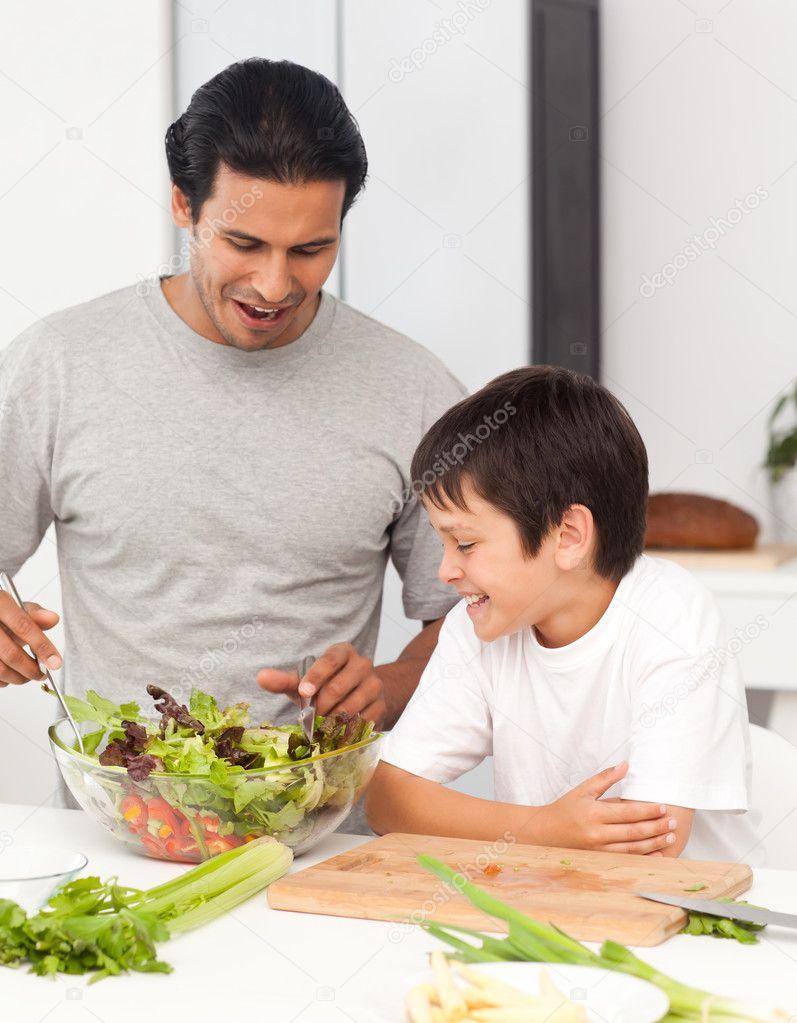 мужчина не знакомит с сыном