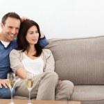 couple détendue, regarder la télévision tout en buvant du champagne — Photo