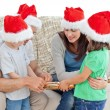 Family opening crackers together on the sofa — Stok fotoğraf