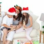 familj under julen dag att titta på sina julklappar — Stockfoto