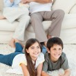 Family watching tv in the living room — Stok fotoğraf