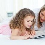 menina lendo um livro com a avó — Fotografia Stock  #10843408
