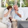 Seniors watching tv at home — Stock Photo