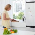 atraente mulher cozinhando em casa — Foto Stock