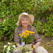 Retired woman working in the garden — Stockfoto