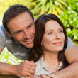 Joyful couple hugging in the garden - Foto Stock