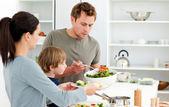 Papa salade aan zijn familie serveert voor de lunch — Stockfoto