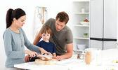 素敵な女性の息子広告の夫のためのパンを切る — ストック写真