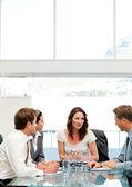 Charismatische geschäftsfrau im gespräch mit ihrem team — Stockfoto