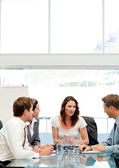 Femme d'affaires charismatique, parler à son équipe — Photo