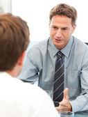 Charyzmatyczny trener podczas spotkania z pracownikiem — Zdjęcie stockowe