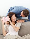 快乐的女人试图猜测她从她的男朋友本 — 图库照片