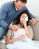 Homem bonito, cuidando de sua namorada doente — Fotografia Stock
