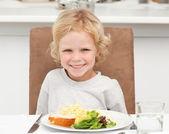 Menino bonitinho comendo macarrão e salada — Foto Stock