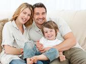счастливая семья на их диван — Стоковое фото