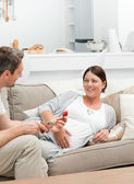 彼女の夫とイチゴを食べる妊娠中の女性 — ストック写真