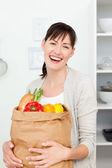 Mulher com sacos de compras na cozinha — Foto Stock