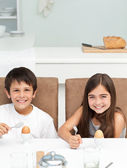 Crianças tomando café na cozinha — Foto Stock